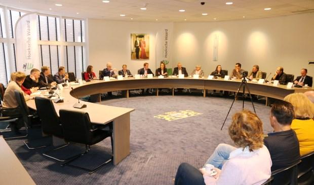 In het gemeentehuis van Korendijk vonden zaterdagmorgen de eerste besprekingen voor een nieuwe coalitie plaats. (foto's: Conno Bochoven)