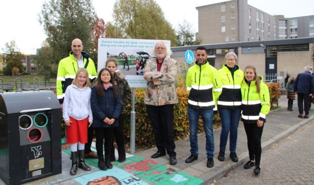 Wethouder Bert Velthuis met Bart de Bruin, kinderen van het Octaaf en afvalcoaches.