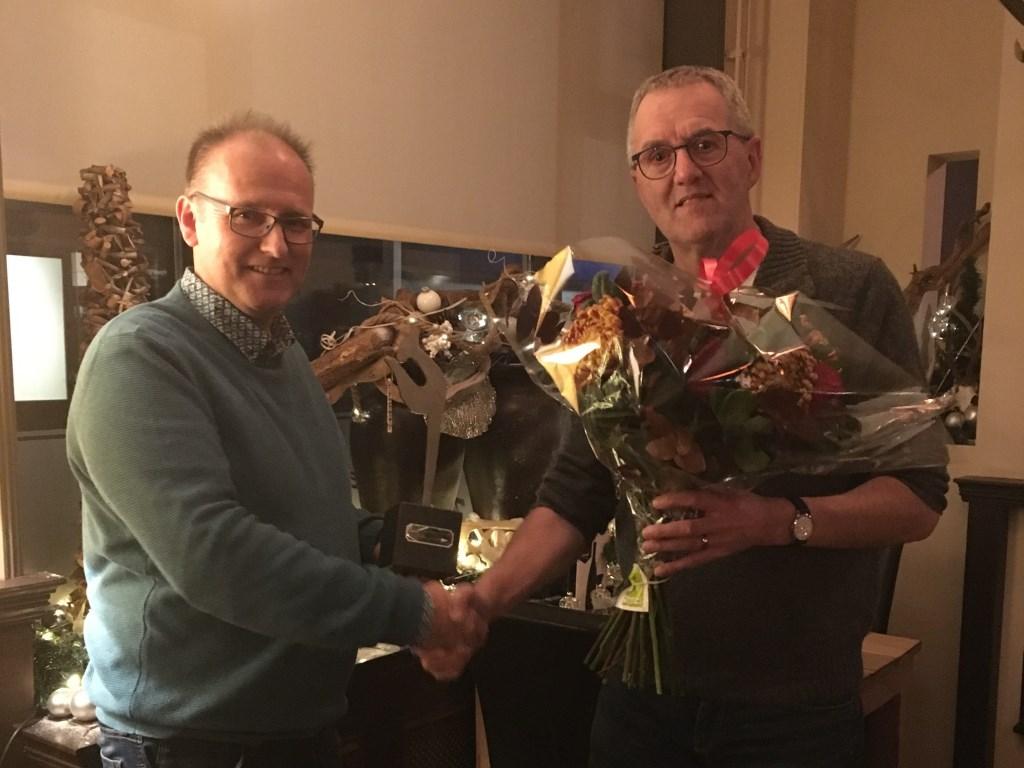 Gert van Westing (l) ontvangt het ijzeren hertje van de nieuwe voorzitter Tim Born van Wij Putten.