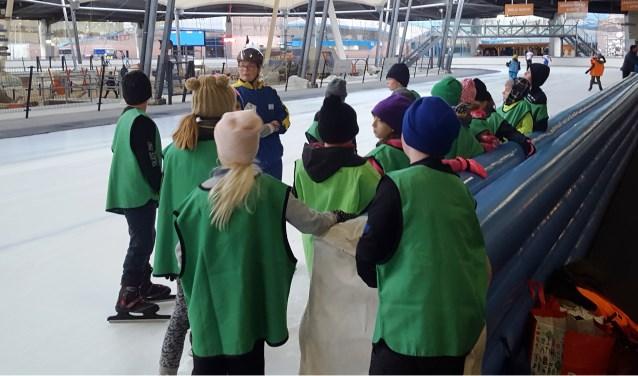De schaatsen van bijna negentig kinderen gingen woensdag 7 november weer uit het vet.