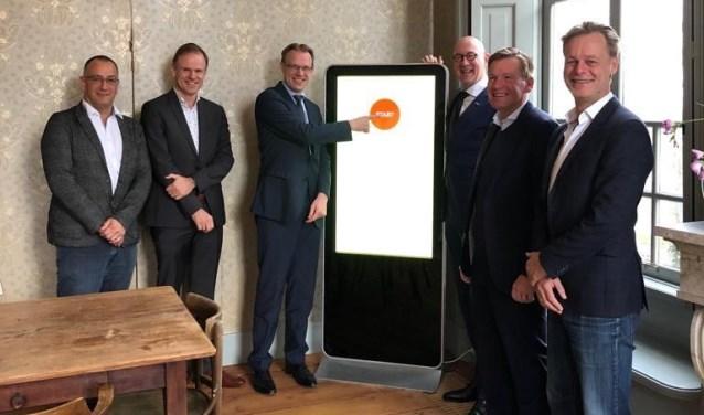 De lancering van het nieuwe bedrijvenplatform door van links naar rechts: Dick Bovekerk (Ondernemersfonds), Nico Treure (OV de Noord), Peter Verheij (wethouder gemeente Alblasserdam), Bas Ort (OKA), Paul Mallee (Ondernemersfonds) en Martijn van Leen (FFWD.digital).(Foto: Privé)