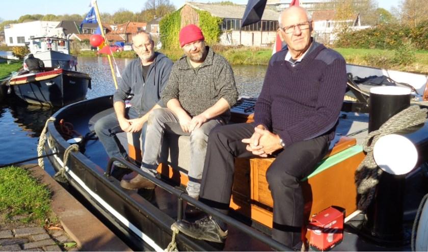 V.l.n.r. Peter Boersma, Jan van Leeuwen en Chris Nieuwpoort, op het dek van sleepboot de Volharding. FOTO: Roy Visscher