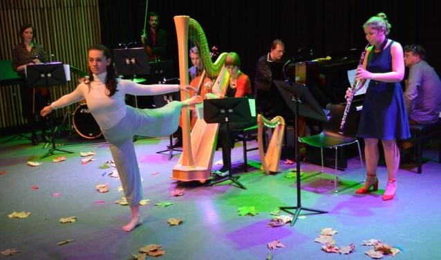 De 'stervende zwaan', uitgevoerd door Heleen van der West. Zij was één van de uitvoerenden tijdens de jubileumvoorstelling. (Foto: Pieter Vane)