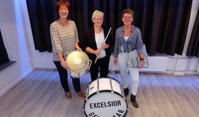 Beja Leunk, Diny Ooijman en Anja Wanink met hun instrumenten. De nummers die speciaal voor hen gespeeld worden zijn: Beja Mars, Einzugsmarsch en My Little Lady.