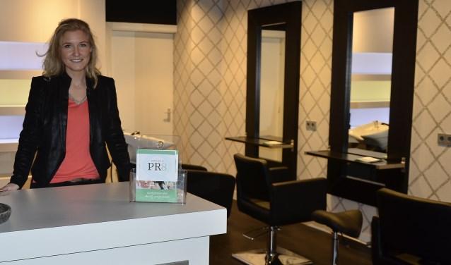 Kim de Kievit staat klaar om de beautyprofessionals te verwelkomen om de prima ingerichte ruimten in haar  Studio PR8 te laten zien. (foto: AH)