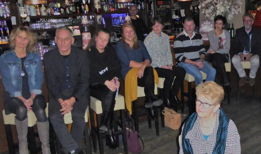 Er wordt in de Dorpsherberg gespannen geluisterd naar Michiel Ras (PolitieOost - Nederland) die vertelt over cybercrime