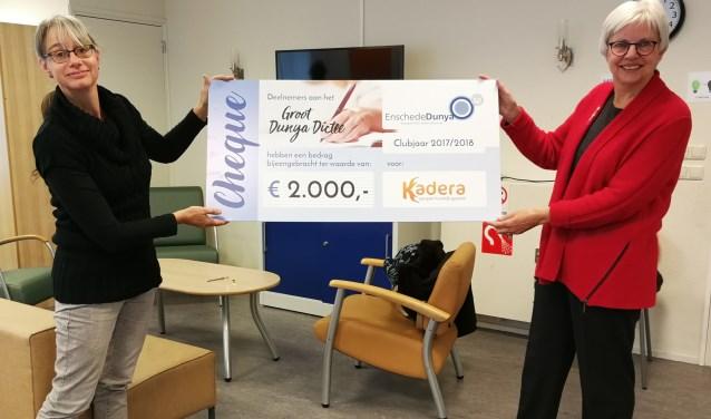 Babette Mols van Kadera (links) en Els Koldewijn van Vrouwenclub Dunya met de cheque. Foto: Audry Hoemakers