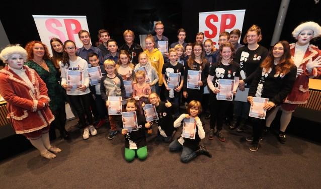 Nadat alle jeugdigen gedecoreerden hun onderscheiding en oorkonde overhandigd kregen, gingen ze met een trotse burgemeester Wobine Buijs op de foto.