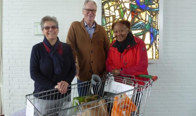 Jannie van Doorn, Fedde Makkinga en Lucy Kortram bij de boodschappenkar voor de Voedselbank. (foto: Marnix ten Brinke)