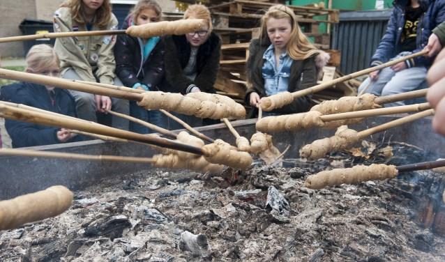 Broodjes bakken en opeten met hagelslag erop, Dat is smullen op de Meidendag van Scouting Elst. (foto: Ellen Koelewijn)