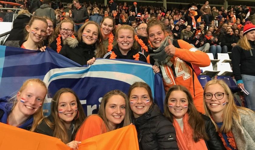Trias meiden steunen de Oranje-leeuwinnen