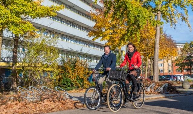 Burgemeester Sjoerd Potters en Jessie Bekkers-Van Rooij (SSW) op de fiets in de Kometenlaan