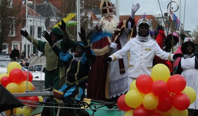 """""""Sinterklaasje kom maar binnen je knecht"""", klinkt het uit wel duizend kinderkelen wanneer de pakjesboot de stadshaven van Goes binnenvaart. FOTO: Leon Janssens"""