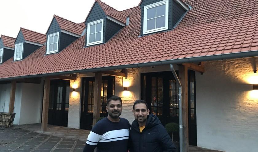 Faisal en Shami voor de nieuwe locatie van het Argentijnse steakhouse Los Latinos. Samen met hun broer Salman runnen ze het restaurant.