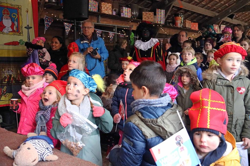 De kinderen kregen instructies over de plekken waar de verstopte Pieten zich wel eens zouden kunnen bevinden.  © Persgroep