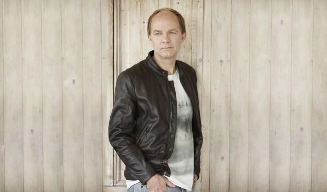 Derek Ogilvie is terug in de Nederlandse theaters met zijn nieuwe theatershow 'Hello Again'. Op vrijdagavond 30 november staat hij voor het eerst in zijn carrière op de planken in Theater De Leest in Waalwijk.