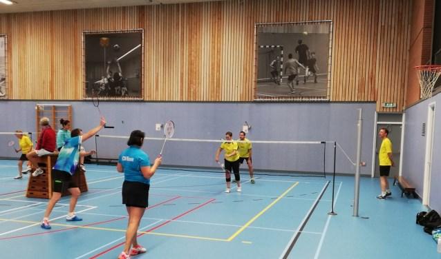 Badminton Rhoon, team2 speelt in de blauwe shirts