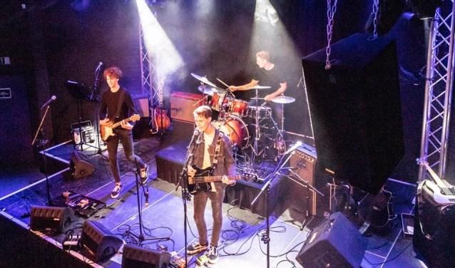 De band Collide With People uit Duizel en Bladel is headliner op het Young Guns Festival. Leden zijn Jelle Bijnen (16) op gitaar, Niek Luijten (17) op drums en Chris Berendse (17) op zang en bas.