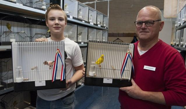 Morris Janssen (links) en Wim Vos zijn echte vogelliefhebbers. Ze hebben van hun vogels kampioenen gemaakt. (foto: Ellen Koelewijn)