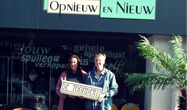 Erica de Ruiter en Regina Dellemijn voor het winkelpand aan Weurden 41 Winterswijk.