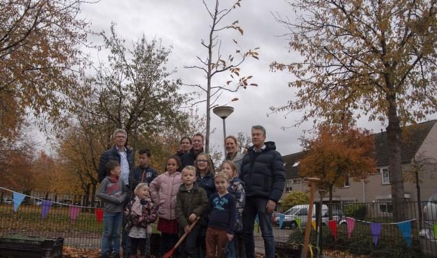 Wethouder Meijer, wijkcoördinator Paul Zoeteman, initiatiefnemers en buurtkinderen bij de walnoot.