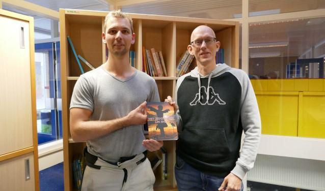 Op de foto links schrijver van het boek Jeroen Stoute en rechts Roald van de Laan, de illustrator.