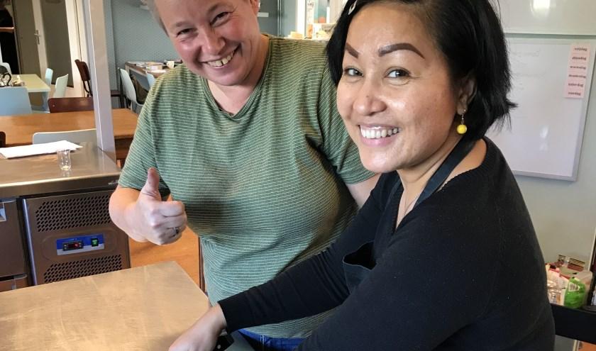 """Jojo krijgt les van leermeester Sannie Post in de keuken van Broodje Aap & Linke Soep. """"Mijn specialiteit is pasteitje en loempia"""", zegt Jojo. foto: Regine Griep"""