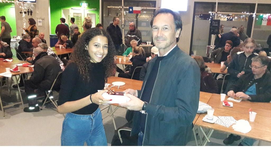 Frans Nagel krijgt van leerlinge Charlotte van Tuijl een bedankje aangeboden.  © Persgroep
