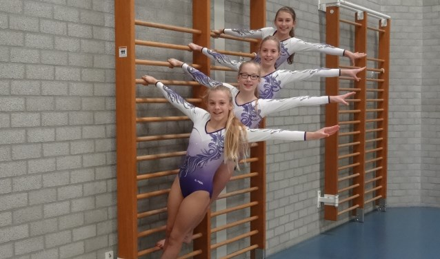 Synchroon poserend. v.l.n.r.: Marjorie, Emma, Mari-Lyn en Jasmine. Foto: Sport in de Spotlights
