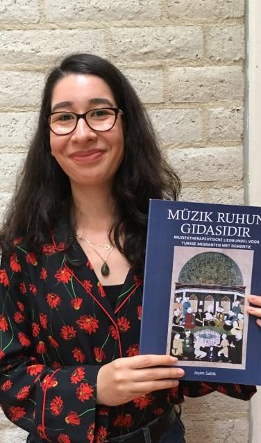 Yesim Saltik, die deze zomer afstudeerde als muziektherapeut bij ArtEZ Conservatorium in Enschede, ontwikkelde een liedbundel voor dementerende Turkse migranten.