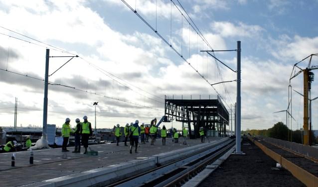 Op het station Lansingerland-Zoetermeer wordt hard gewerkt zodat hier straks de eerste treinen kunnen stoppen. Foto: Robbert Roos