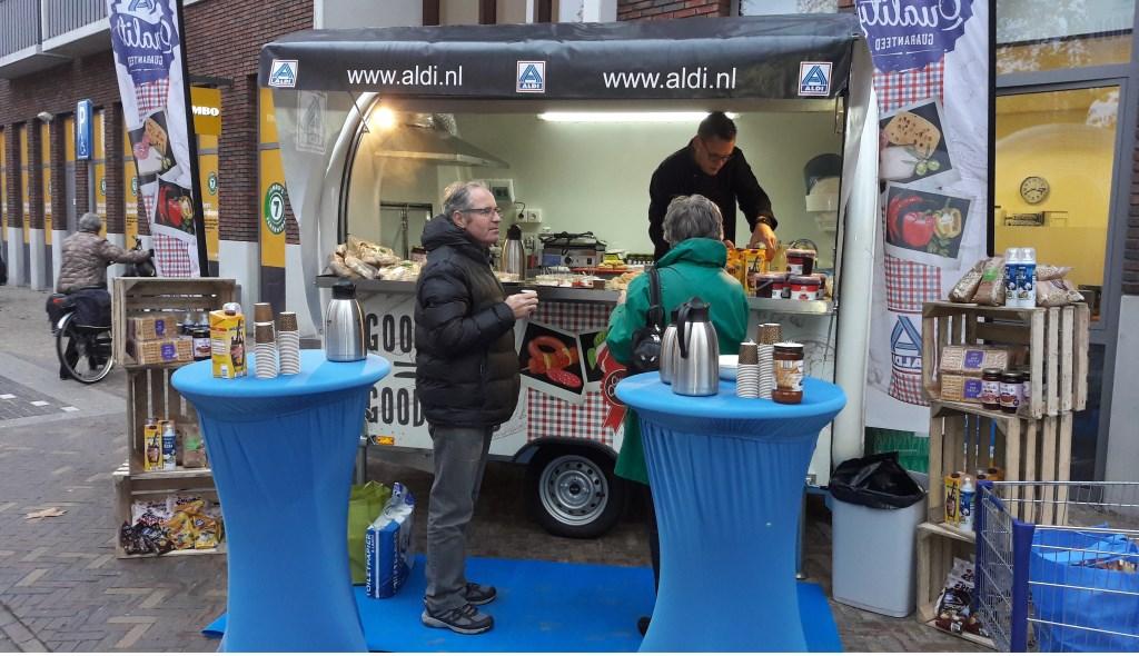 Buiten was een foodtruck waar men hapjes kon krijgen, gemaakt van Aldi-producten.  © Persgroep