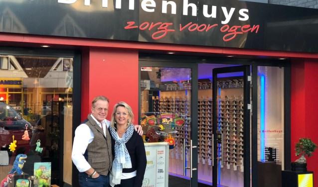 Kees Euwijk poseert samen met zijn vrouw José Hafkamp voor de winkel.