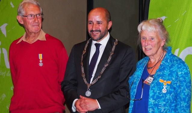 Frans Koops en Suus Houtman met burgemeester Marcouch na uitreiking van het lintje. (foto: Maria Pompe IVN Arnhem)