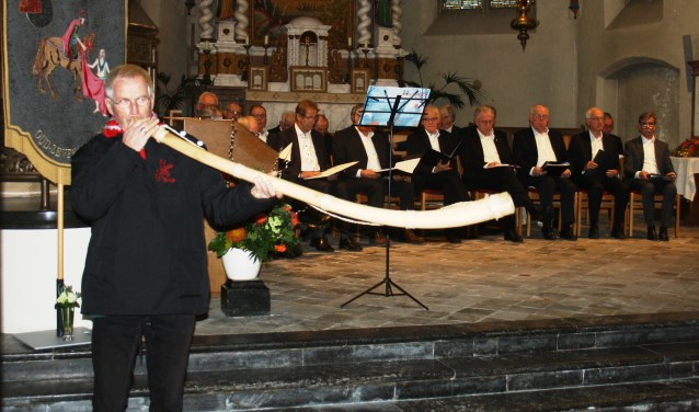 Rieny Putmans bespeelt de midwinterhoorn tijdens de adventsviering vorig jaar. Aanstaande zondag is hij weer van de partij in de St. Martinuskerk van Oud-Zevenaar. (foto: C. Wolters)