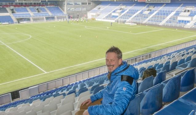 Anton Cramer op zijn vaste plek op de tribune. 'Ik kan schrijven èn voluit genieten van een wedstrijd, die twee dingen breng ik bij elkaar.' (foto Eva Posthuma)