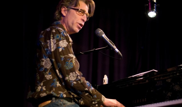 Archiefbeeld van wijlen Maarten van Roozendaal in de RSG. Elke Vierveijzer verzorgt 27 november een muzikaal eerbetoon aan hem in Epe.