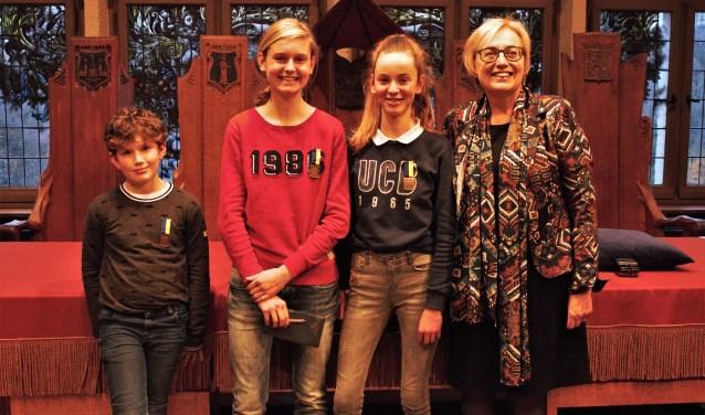 Bart Nieuwenhuis (8) en de zussen Maret (16) en Maike (12) Clemens ontvingen een jeugdlintje uit handen van wethouder Saskia Heijboer. Ze kregen dit lintje voor bijzondere prestaties.