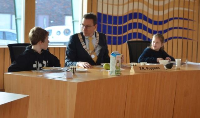 Quinn en Fien in gesprek met de burgemeester.