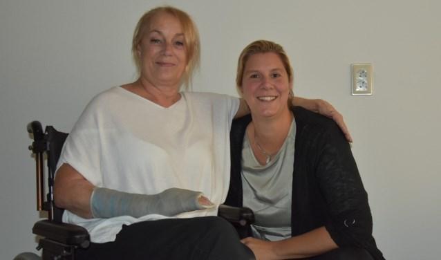 Thea (links) is blij met de hulp van Miranda van Humanitas