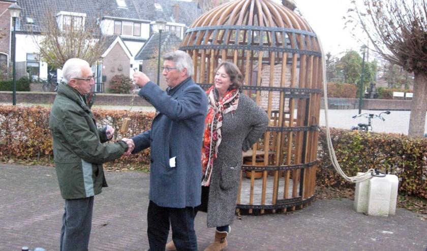 Herman Reekers (l) krijgt de sleutel uit handen van Evert van Olst terwijl Mariëlle Karssing van TIP Hattem toekijkt.