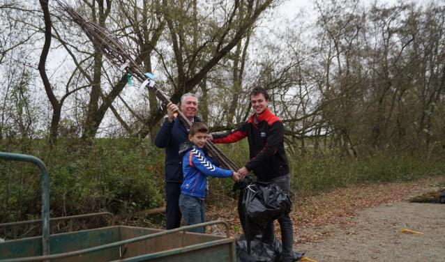 Wethouder van Leeuwen deelt samen met Alex Lobregt de bomen en struiken uit. Martin den Otter krijgt hoogstamfruit voor zijn boomgaard.