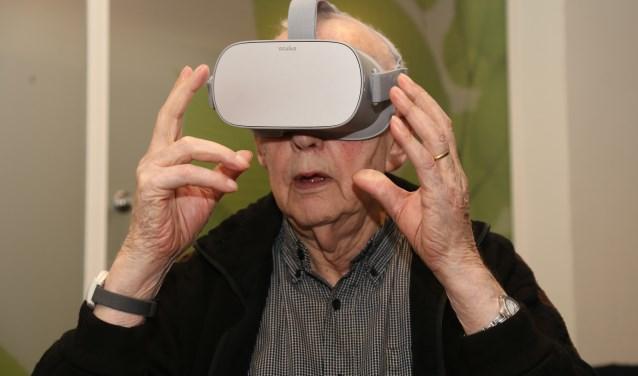 Ouderen genieten van de wondere wereld waarin ze met de vr-bril terechtkomen. (foto Marco van den Broek)
