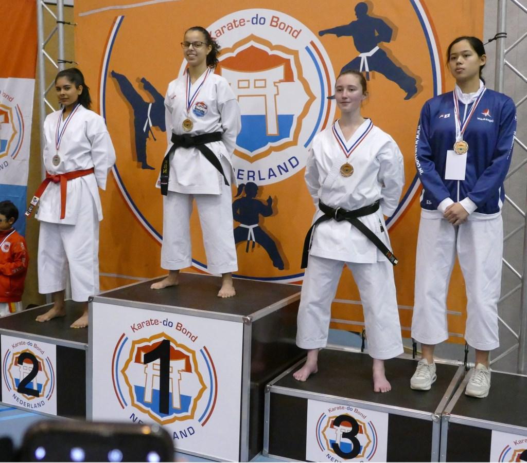 Oumaima Aarab op erepodium NK Karate