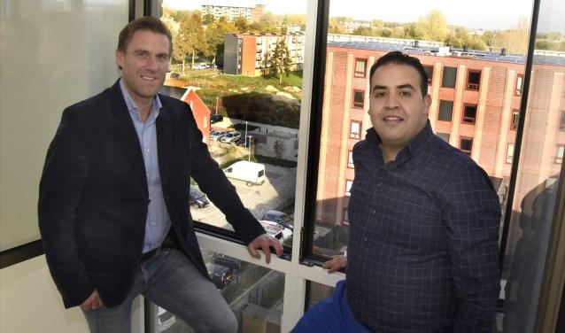 Huibert van Rossum (CDA) en Mohammed Mohandis (PvdA) in Gouda Oost, waar gebiedsontwikkeling met succes wordt toegepast. Op de achtergrond oud- en nieuwbouw. Foto: Marianka Peters