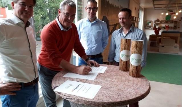Van links naar rechts: Jean-bestuurslid Jacques Mulleman van het Natuurpodium, Bert Jan Maris en Marco Goverde van Lamb Weston / Meijer en directeur Robert Deliën van Stichting Natuurpodium Brabantse Wal.