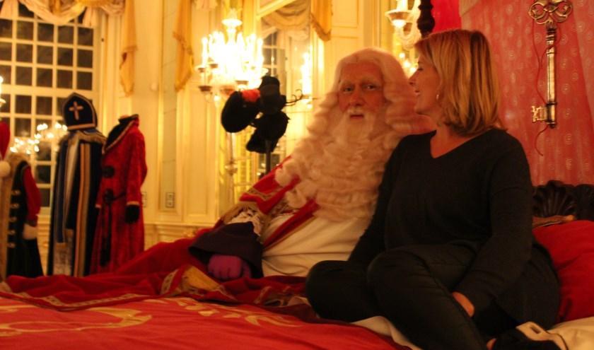 Correspondente Lydia van der Meer mag de Sint interviewen in zijn slaapvertrek in Slot Zeist. FOTO: de Foto Piet