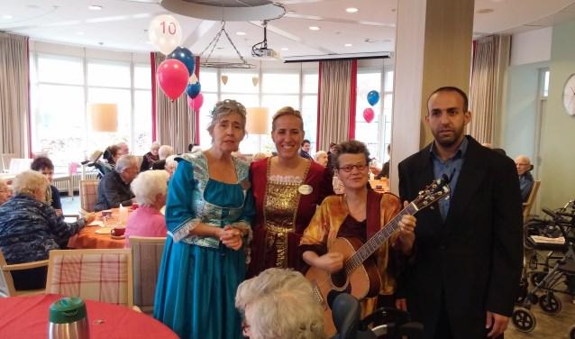 Personeel en vrijwilligers hebben zich feestelijke uitgedost om samen met de bewoners van de Wielewaal het lustrum van BrabantZorg te vieren.