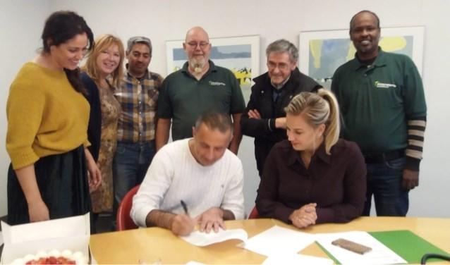 De Syrische statushouder Mahmoud Sahyooni ondertekent een arbeidscontract bij BM van Houwelingen. (Foto: pr)