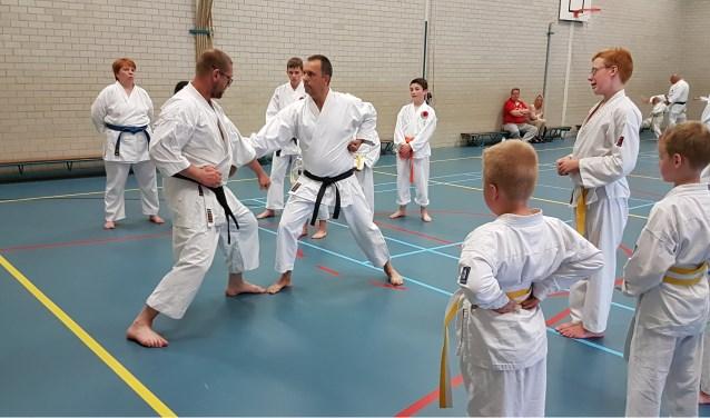 Een beeld van de karate training van karate dojo Umo in de gymzaal van basisschool De Kameleon.